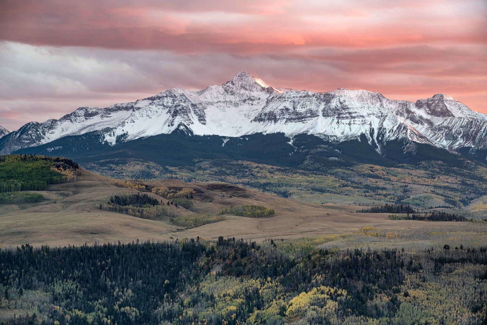 Landschapsfoto met besneeuwde bergen