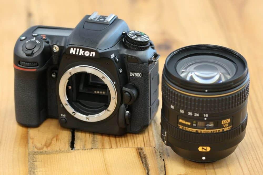 Nikon D7500 voorkant met objectief